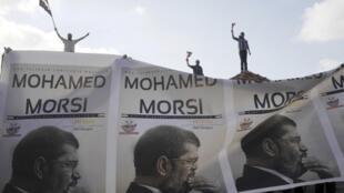 Partidários do presidente egípcio Mohamed Mursi durante manifestação em Alexandria, nesta terça-feira, dia 2 de julho.
