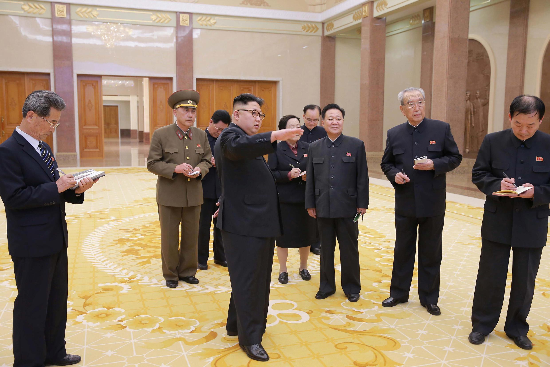Kim Jong Un tham quan Bảo Tàng Cách Mạng Bắc Triều Tiên. Ảnh KCNA cung cấp không ghi rõ thời điểm.