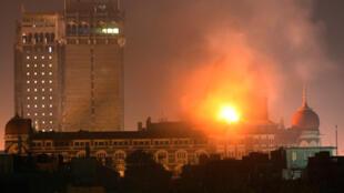 Fumées et feux s'élèvent de l'hôtel Taj à Bombay, lors de l'attaque terrosriste, le 27 novembre 2008.