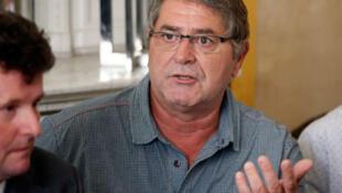 """Pascal Fauret (C), l'un des deux pilotes """"d'Air cocaïne"""" évadés de Saint-Domingue, lors d'une conférence en présence de son avocat  Jean Reinhart (G) à Paris, le 27 octobre 2015."""