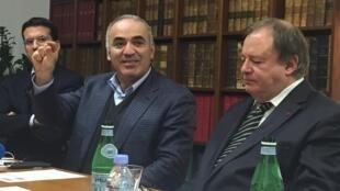 Гарри Каспаров (в центре) с адвокатами Мухтара Аблязова Питером Саласом и Жан-Пьером Миняром, Париж, 20 октября 2015 года