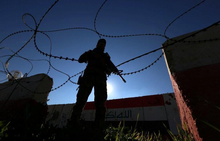 Un soldat irakien monte la garde dans une base militaire, le 11 février 2016.