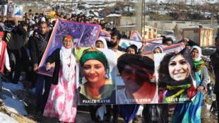 Participantes de un funeral llevan retratos de víctimas kurdas muertas en Cizre y Silopi, este 12 de enero de 2016, en Sirnak, en el sudeste de Turquía.