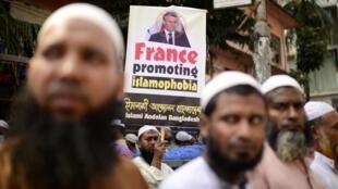 Au Bangladesh, environ 40 000 personnes ont manifesté pour appeler au boycott des produits français.