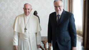 Le pape François (à gauche) et Andrea Riccardi (à droite).