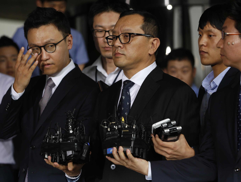 Ông Chun Jae-guk (phải), con trai trưởng của cựu Tổng thống Chun Doo-hwan xin lỗi quốc dân - REUTERS /Kim Hong-Ji
