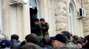 Сторонники оппозиции пытаются проникнуть в здание администрации президента Абхазии в Сухуми, 9 января 2020.