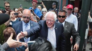 Bernie Sanders, candidat à la primaire démocrate, salue ses soutiens à Oakland, en Californie, le 6 juin 2016 à la veille du vote des primaires dans cet Etat des Etats-Unis.