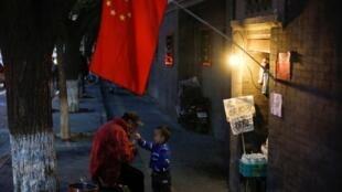 中共十九大前北京老区店铺前也插上国旗,2017年10月14号
