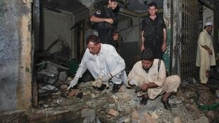 Polisi nchini Pkistan wakifanya ukaguzi katika eneo la Penshawar ambako kumetokea milipuko miwili