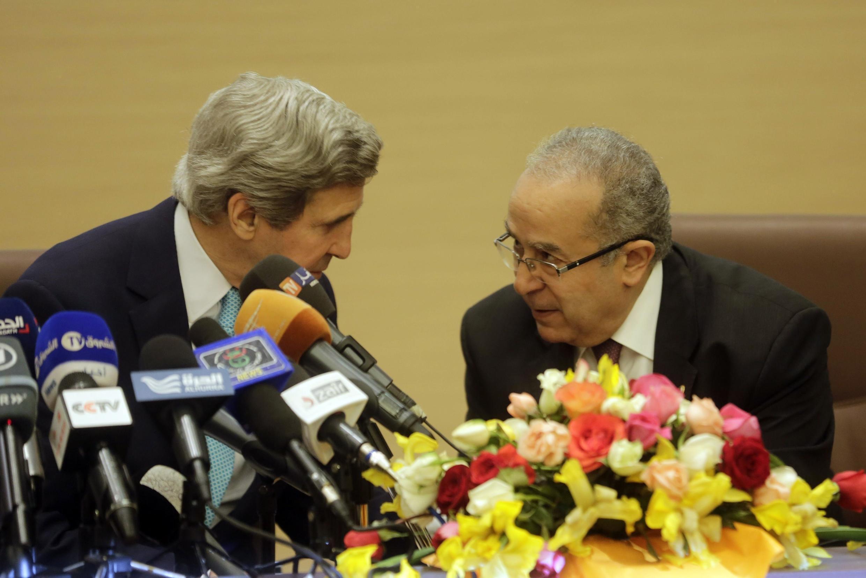 Le secrétaire d'Etat américain, John Kerry (G), avec le ministre algérien des Affaires étrangères, Ramtane Lamamra (D), ce jeudi 3 avril 2014 à Alger.