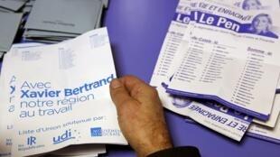 Kiểm phiếu bầu cho vùng Nord-Pas-de-Calais-Picardie (bắc Pháp), ứng viên Xavier Bertrand của Les Républicains thắng Marine Le Pen, Chủ tịch FN.