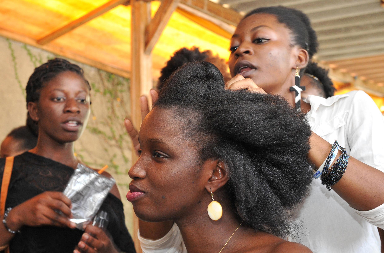 De nombreuses femmes noires ou métisses du monde entier décident de garder leurs cheveux crépus au naturel, pour éviter les contraintes des défrisants, mais aussi pour afficher fièrement leurs origines. Ici, en Côte d'Ivoire en 2014.