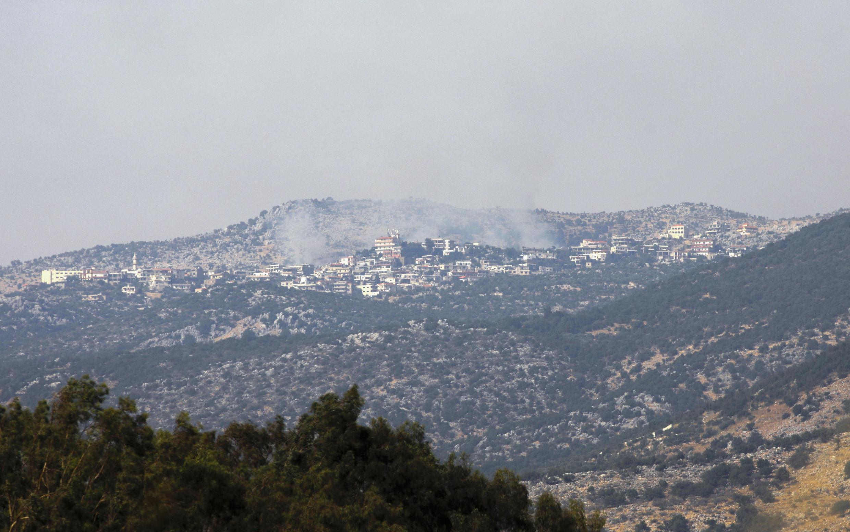 Una fotografía tomada desde el lado israelí de la Línea Azul que separa Israel y el Líbano muestra humo que se eleva por encima del sector de la aldea de Shebaa, en el sur del Líbano, tras informes de enfrentamientos en la zona fronteriza, el 27 de julio de 2020.