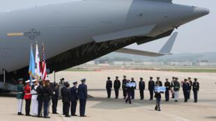 Máy bay chở hài cốt linh Mỹ từ Bắc Triều Tiên đã đáp xuống căn cứ Osan, Pyeongtaek, Hàn Quốc, ngày 27/07/2018.