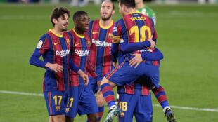 L'attaquant argentin du FC Barcelone, Lionel Messi, félicité par ses coéquipiers, après avoir égalisé contre le Bétis Séville, lors de leur match en Liga, le 7 février 2021 à Séville
