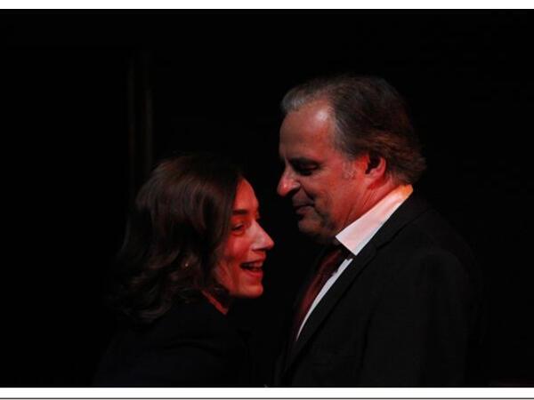 Cena da peça L'Affaire, com Anne Coutureau et Pierre-Alain Chapuis.