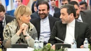 Abbas Araghchi, alto cargo del Ministerio de Exteriores de Irán, y Helga Schmid, alto cargo de la UE, charlan durante una reunión el pasado 16 de marzo en Viena