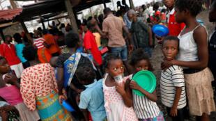 Crianças aguardam na fila da distribuição de alimentos em um centro para desabrigados na cidade de Beira, em Moçambique.
