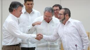 Le président colombien Juan Manuel Santos et le chef des FARC Rodrigo Londono, à La Havane le 23 septembre.
