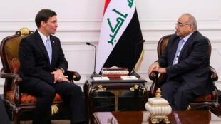 Le Premier ministre irakien Adel Abdel Mahdi reçoit le chef du Pentagone Mark Esper à Bagdad, le 23 octobre 2019.