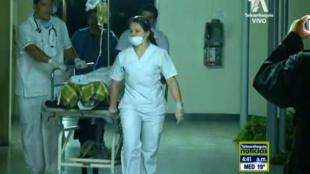 Equipe de socorro chegando à clínica San Juan de Dios de La Ceja, na Colômbia, onde os sobreviventes do acidente aéreo com a equipe Chapecoense estão sendo atendidos.