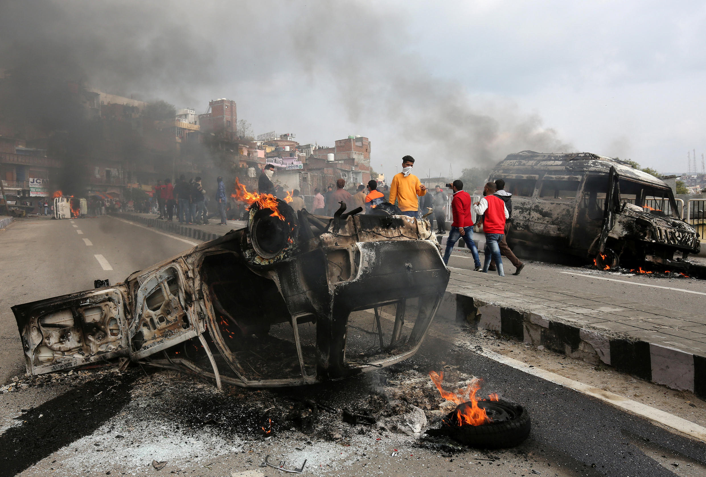 Vehículos incendiados tras el atentado en el sur de Kashmir, el 15 de febrero de 2019.