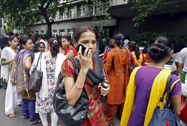 Com medo de desabamentos, moradores da cidade indiana de Kolkata saem às ruas após terremoto no vizinho Nepal.
