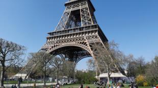 Torre Eiffel comemora 130 anos