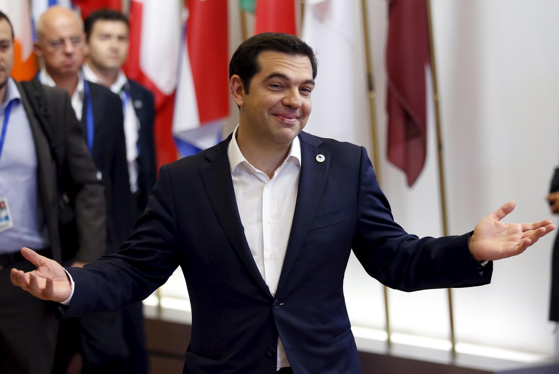 Премьер-министр Греции Алексис Ципрас покидает экстренный саммит стран еврозоны в Брюсселе, 7 июля 2015 г.