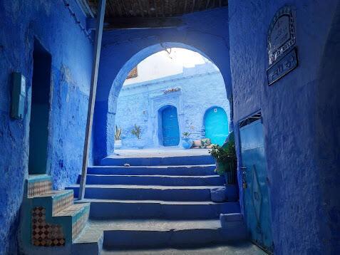 La ciudad viste toda la paleta de azules.