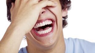 El proceso de la risa tiene varias etapas e  implica diversas regiones del cerebro.