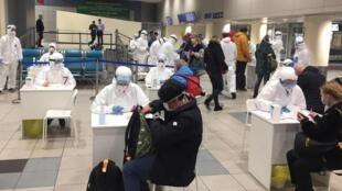 Likitoci da wasu jami'an Rasha, yayin yiwa fasinjoji gwajin cutar coronavirus a filin jiragen sama na Domodedovo dake birnin Moscow. 7/3/2020.