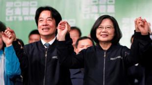 La présidente sortante tawainaise Tsai Ing-wen et le vice-président élu William Lai après leur victoire électorale, à Taipei, le 11 janvier 2020.