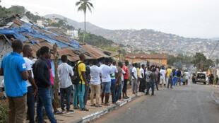 Des électeurs faisant la queue dans un bureau de vote de Freetown, lors des élections générales en Sierra Leone, le 7 mars 2018.