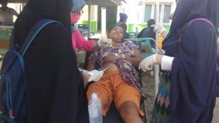 Primeiros socorros são prestados a uma vítima do terremoto na Indonésia.