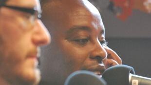 François Bugingo à l'antenne, le 18 mars 2012. Le journaliste québécois est soupçonné d'avoir inventé plusieurs des reportages qui ont fait sa notoriété.