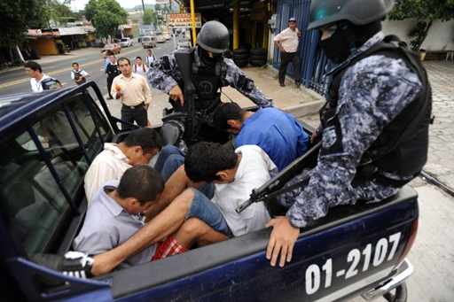 El Salvador: arresto de miembros de una pandilla, acusados de la muerte del periodista Christian Poveda, el 3 de septiembre de 2009. (foto de archivos)