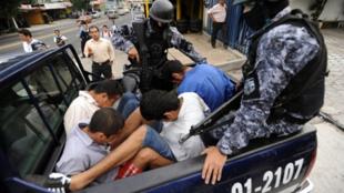 Arrestation de membres du Mara, accusés de l'assassinat du journaliste Christian Poveda, le 3 septembre 2009. 13 500 personnes appartiendraient à des Maras (gangs armés) au Salvador.