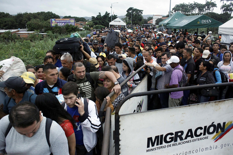 Fila de pessoas tentam passar da Venezuela para a Colômbia através da ponte internacional Simon Bolivar em Cúcuta, Colômbia, 13 de fevereiro de 2018.