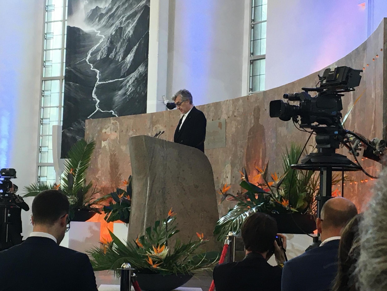 O cineasta Wim Wenders fez o discurso de homanagem a Sebastião Salgado na cerimônia de entrega do Prêmio da Paz dos Livreiros Alemães.