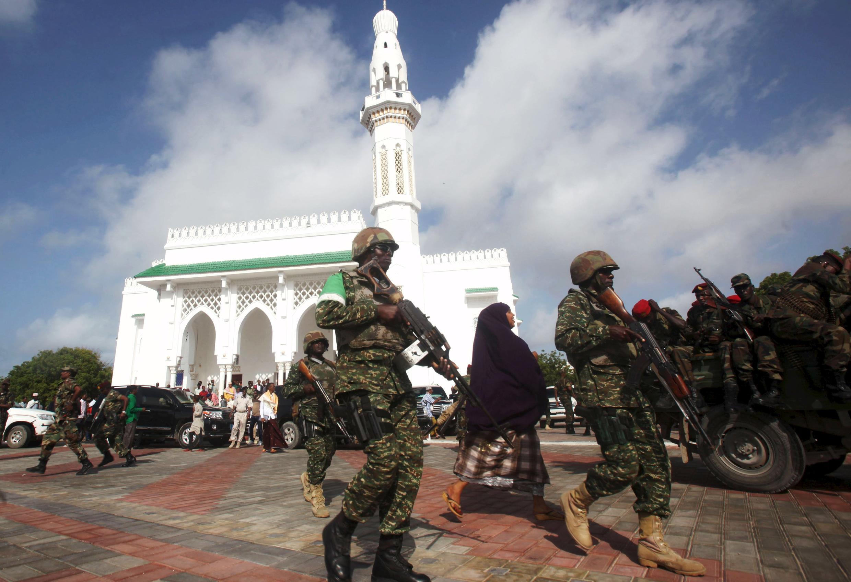 Des soldats de l'Amisom patrouillent devant une mosquée de Mogadiscio, la capitale somalienne.