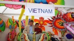 Thị trưởng thành phố Dieppe Sébastien Jumel và nghệ nhân Hoàng Diều (Duc Tam/RFI)
