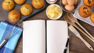 Livre de recettes et muffins.