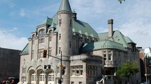La Caserne 30, qui a déjà été l'hôtel de ville de Saint-Louis du Mile-End, au coin de l'avenue Laurier et du boulevard Saint-Laurent, Montréal.