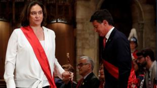 取得連任的西班牙巴塞羅那女市長 Espagne: Ada Colau salue Manuel Valls lors de la séance d'intronisation pour le fauteuil de maire, samedi 15 juin 2019, à Barcelone.
