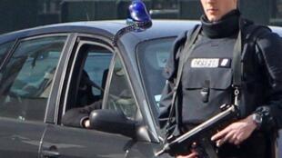 Cảnh sát áp tải Abdelkader Merah về tòa án chống khủng bố tại Levallois-Perret.