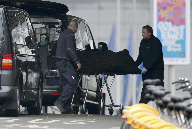 Vítimas são retiradas do metrô de Bruxelas após os atentados.