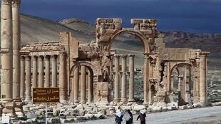 ទៅក្រុងបុរាណ Palmyre នៅស៊ីរី ដែលបានរងការបំផ្លេចបំផ្លាញដោយសារក្រុមជីហាតអង្គការរដ្ឋអ៊ីស្លាម