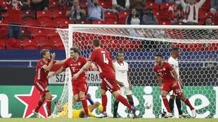 Les joueurs du Bayern Munich fêtent le but marqué par Javi Martinez face au FC Séville, en Super Coupe d'Europe.